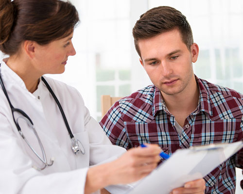 doctor shows a treatment plan for alcohol use disorder